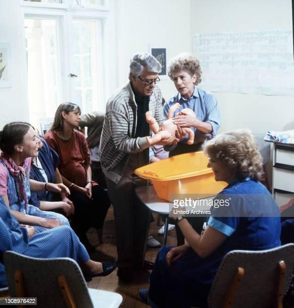 Familienzuwachs / D 1984 / Werner absolviert einen Wickelkurs. Szene mit PETER WECK und URSULA DIESTEL Überschrift: ICH HEIRATE EINE FAMILIE.