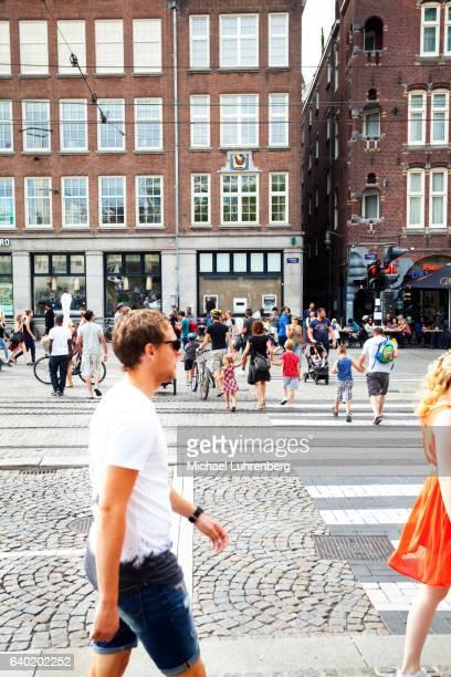 families and cyclist crossing street and zebra crossing - zebrapad stockfoto's en -beelden