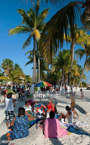 families at the beach on isla mujeres, mexico - mujeres fotos stockfoto's en -beelden