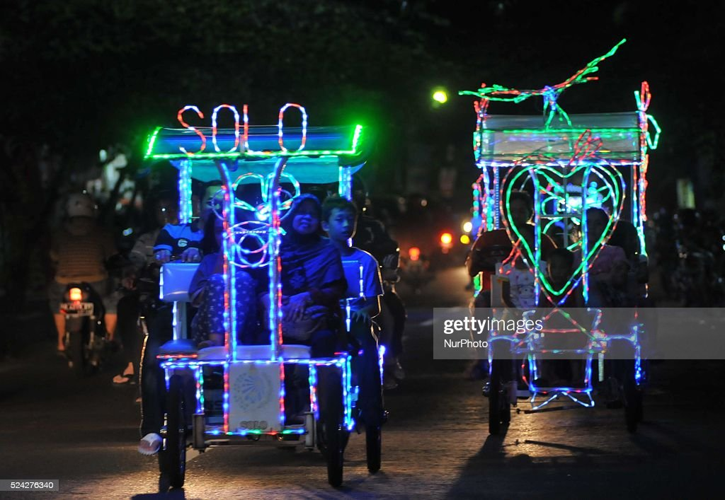 Top Indonesian Eid Al-Fitr Decorations - families-driving-the-rickshaw-lights-or-quotbecak-lampuquot-while-the-picture-id524276340  Photograph_1002523 .com/photos/families-driving-the-rickshaw-lights-or-quotbecak-lampuquot-while-the-picture-id524276340