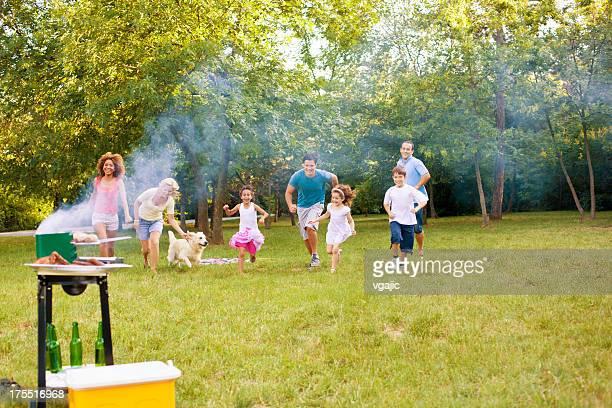 Familien genießen Sie ein barbecue