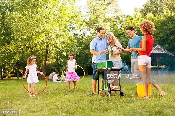 Familias disfrutando de una barbacoa.