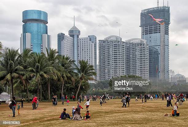 CONTENT] Families enjoying their weekend at Peoples Park in Haikou