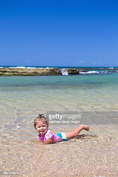 families gather on this family friendly beach. - ソルトポンド ストックフォトと画像
