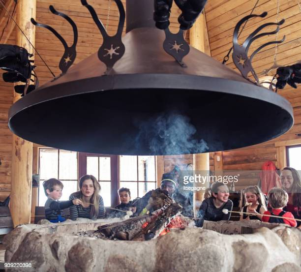 famílias em uma estação de esqui, apres-ski relaxante - ski holiday - fotografias e filmes do acervo