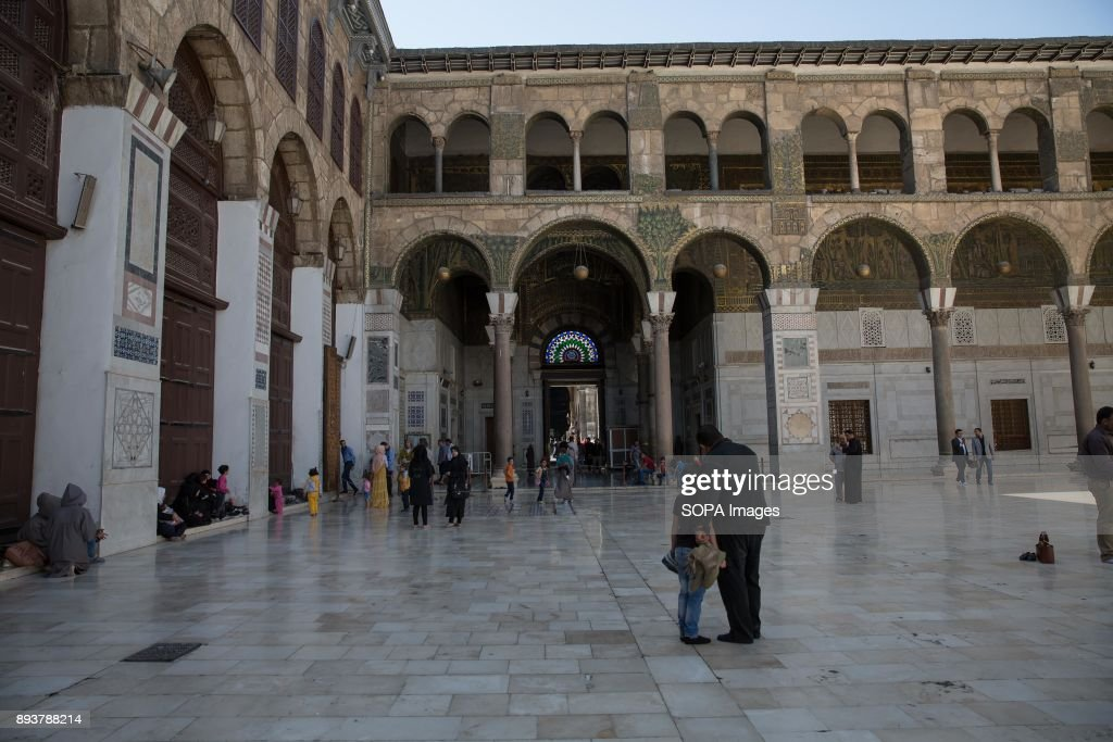Families leave Damascus' Umayyad Mosque after Friday prayers... : Fotografía de noticias