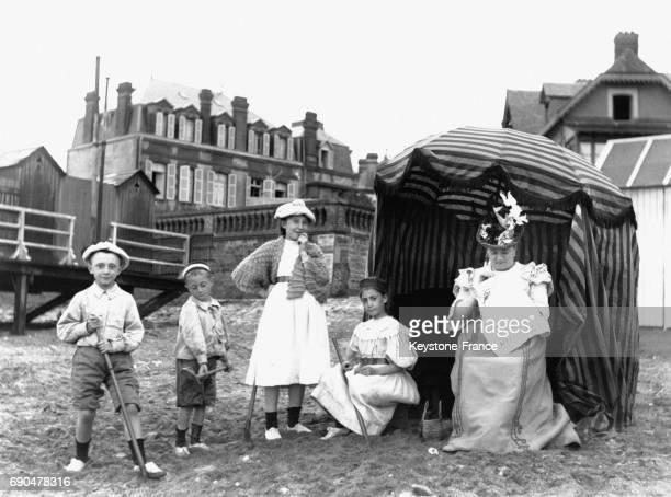 Famille bourgeoise sur la plage en Normandie avant la Première Guerre Mondiale circa 1910 en France