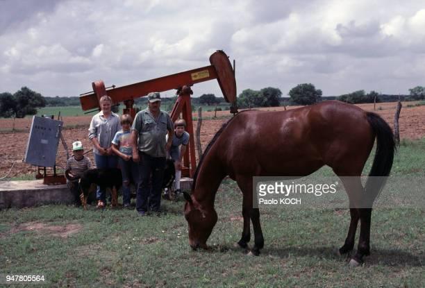 Famille de fermier posant devant son puits de pétrole près de San Antonio au Texas EtatsUnis