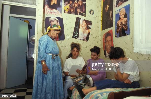 Famille de harkis au Logis d'Anne le 27 juin 1991 à Jouques France