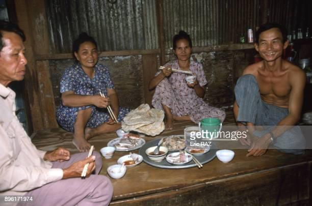 Famille de pecheurs a table a Nha Trang en aout 1994 Viet Nam