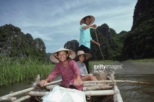 Famille en barque dans la region de Tam Coc en aout 1995 Vietnam