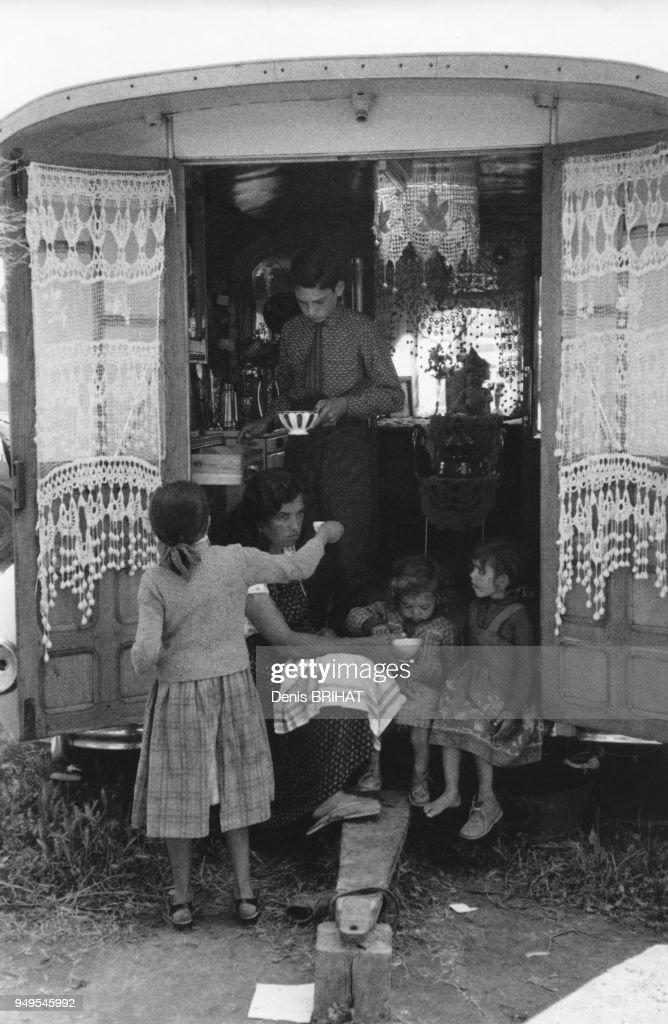 Famille Gitane Dans Sa Roulotte Pendant Le Pèlerinage Des Saintes Maries De  La
