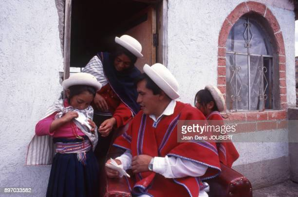 Famille indienne en vetements traditionnels en Equateur en fevrier 1995
