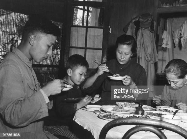 Famille à table en Chine circa 1950