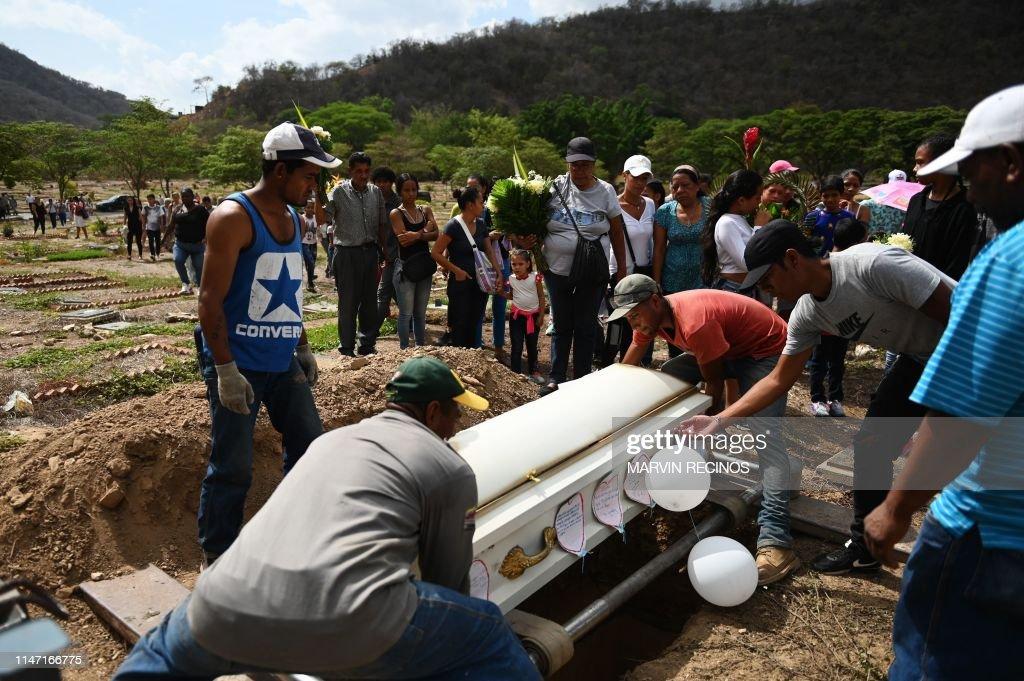 VENEZUELA-CRISIS-HEALTH-CHILD-FUNERAL : News Photo