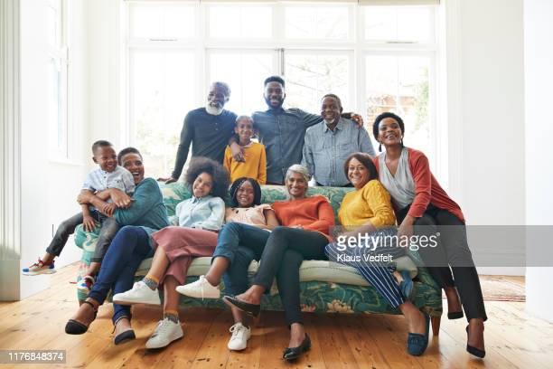 family and friends celebrating christmas at home - atitude - fotografias e filmes do acervo