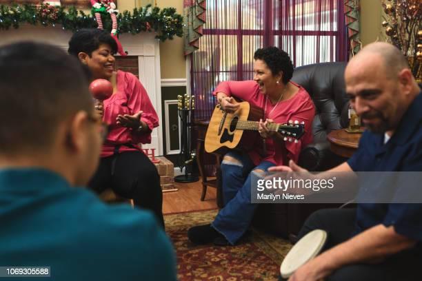 家族や友人と音楽を祝う - ラテン音楽 ストックフォトと画像