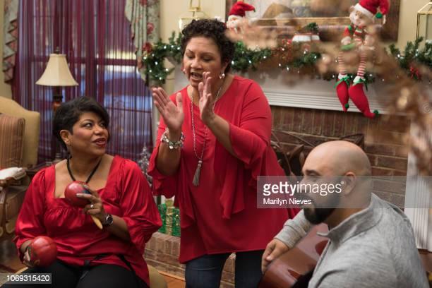 Familie en vrienden dansen en spelen op muziekinstrumenten