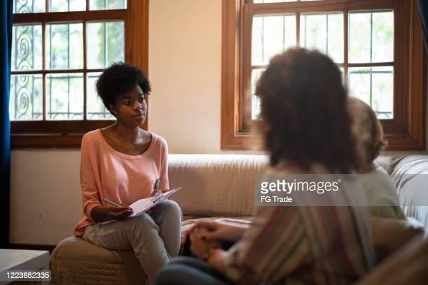 família e agente imobiliário em uma reunião em casa - assistente social - fotografias e filmes do acervo
