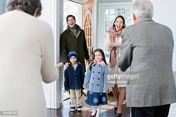 family arriving at grandparents house - visita imagens e fotografias de stock