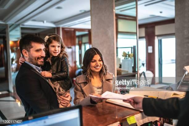 famiglia in arrivo in hotel - ospite foto e immagini stock