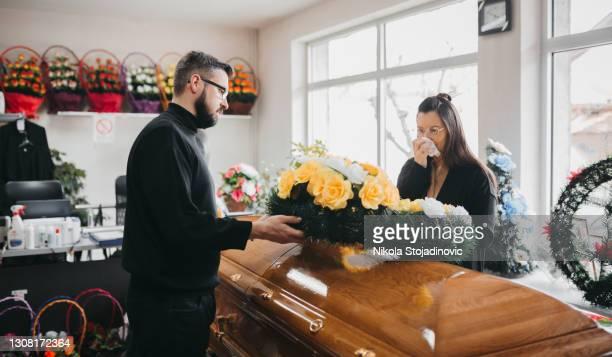 familie bij een begrafenis - uitvaartcentrum stockfoto's en -beelden