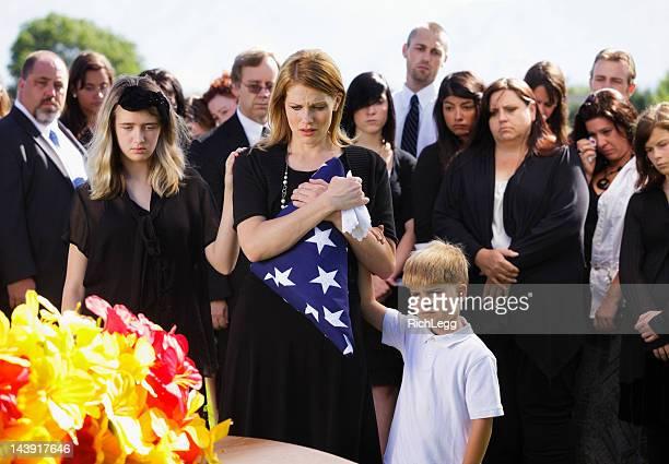 家族でフューネラル - 埋葬地 ストックフォトと画像