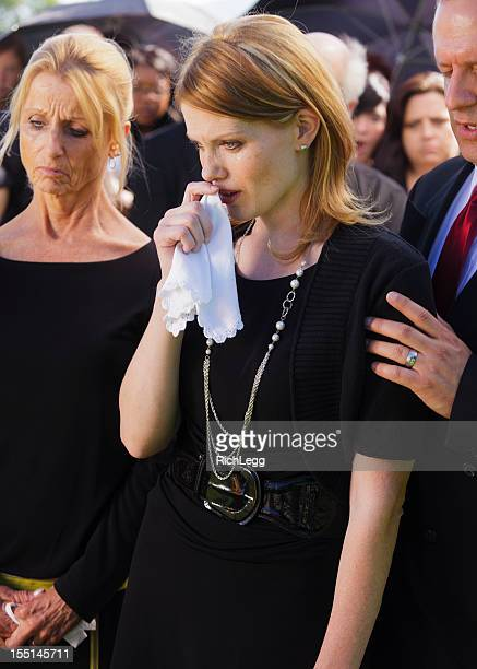familie bei einer beerdigung - gedenkveranstaltung stock-fotos und bilder