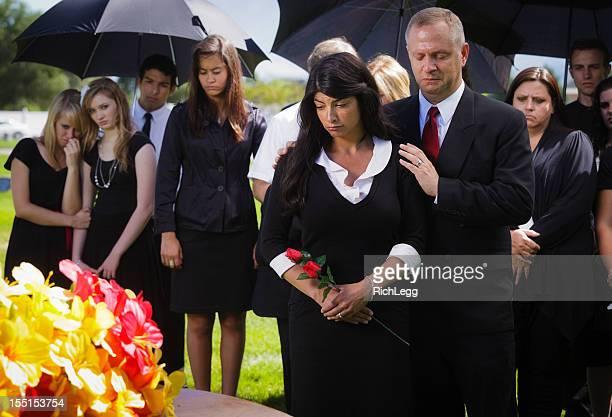 família em um funeral - funeral imagens e fotografias de stock