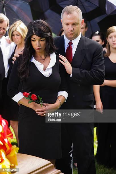 family at a funeral - uitvaartcentrum stockfoto's en -beelden