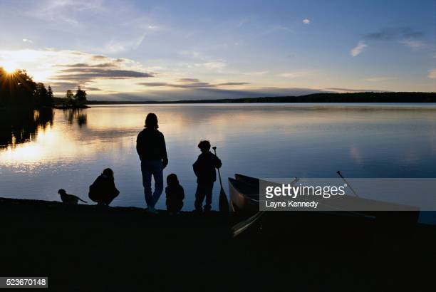 family at a lakeshore - boundary waters canoe area stock pictures, royalty-free photos & images