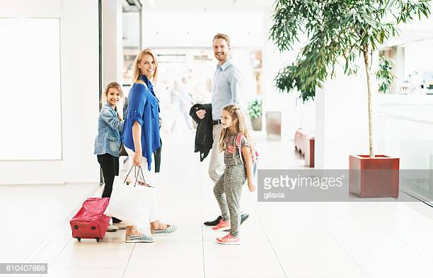 family at a shopping mall. - side by side stock pictures, royalty-free photos & images