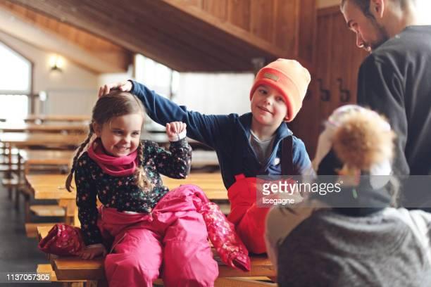 famille dans une station de ski - ski alpin photos et images de collection