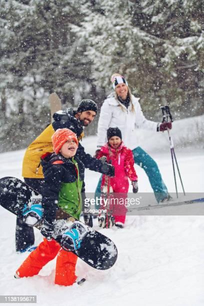 スキーリゾートの家族 - スキー旅行 ストックフォトと画像