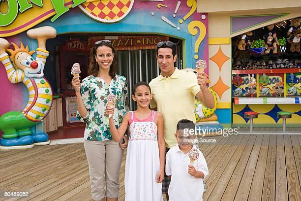 Familia en el parque de diversiones