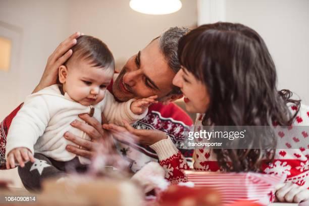 familie zu hause erstellen weihnachtsgeschenke - dezember stock-fotos und bilder