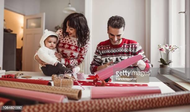 família em casa criando presentes de natal - happy new month - fotografias e filmes do acervo