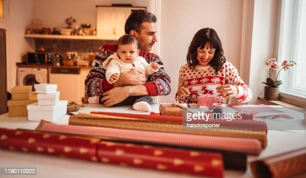 familia en casa creando regalos de navidad - new jersey fotografías e imágenes de stock