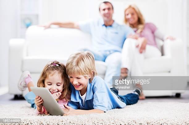Familia en su casa.