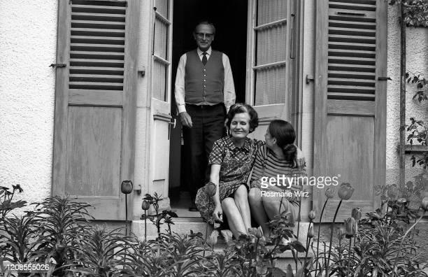 family at kitchen door looking out, spring 1965 - archival stock-fotos und bilder