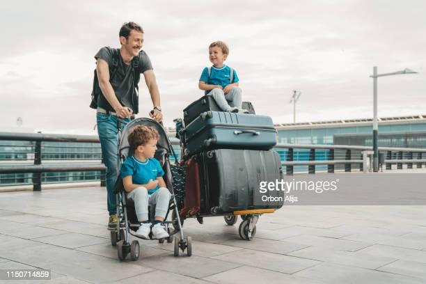 familie am flughafen - kid in airport stock-fotos und bilder