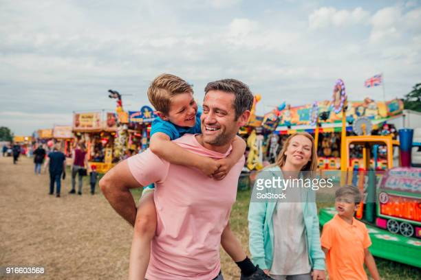 family at the fairground - traveling carnival stock pictures, royalty-free photos & images