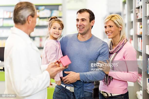 Familia en la farmacia.