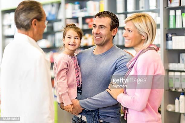 Familie in der Apotheke.