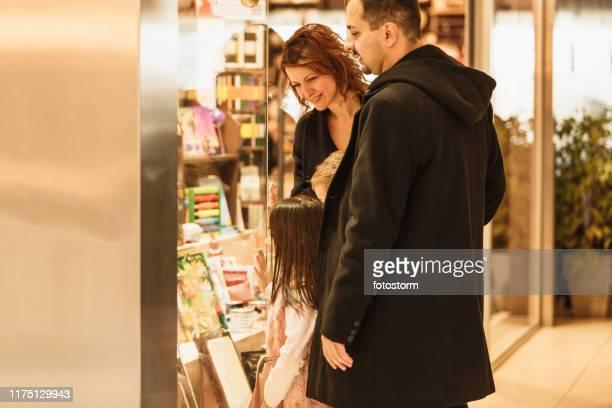 ショッピングモールでの家族 - ギフトショップ ストックフォトと画像