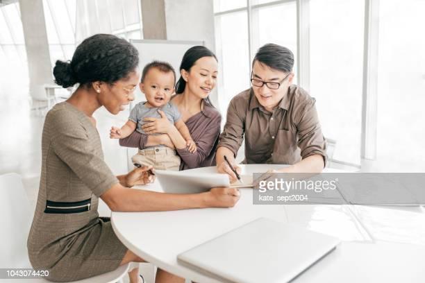 銀行の専門家によって出席した家族 - 金融トレーダー ストックフォトと画像