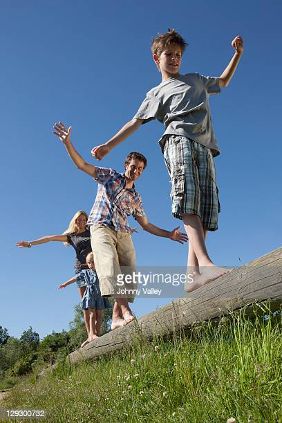 Familie balancierst auf log im Freien