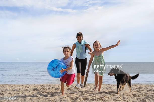 Famiglia Divertimento in spiaggia con il cane