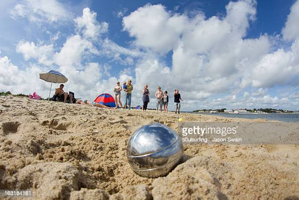 family beach games - beach boule - s0ulsurfing stock pictures, royalty-free photos & images