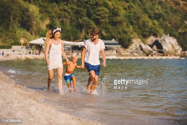 temps de plage de famille - montenegro photos et images de collection